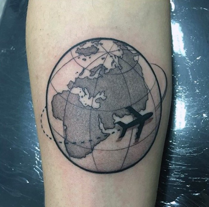 tatouage terre ronde et avion en papier tatouages carte du monde
