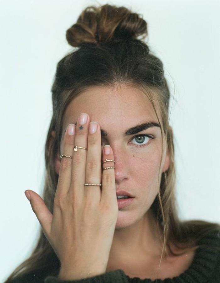 bijoux bohème chic, un tatouage doigt et une fine bague demi-doigt
