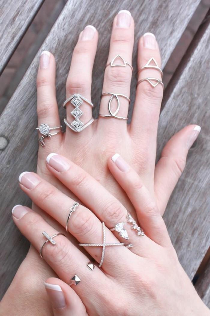 une fine bague triangle argentée, tendance bague sur chaque doigt, des anneaux délicats en argent de formes variées