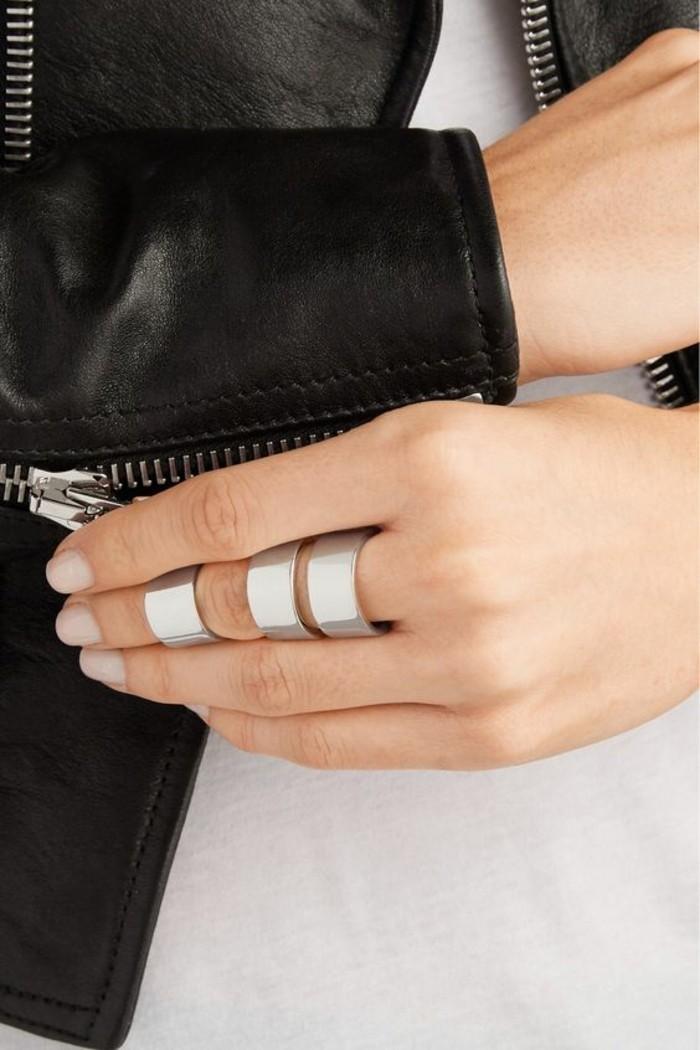 une bague phalange massive idéale pour combiner avec une veste en cuir