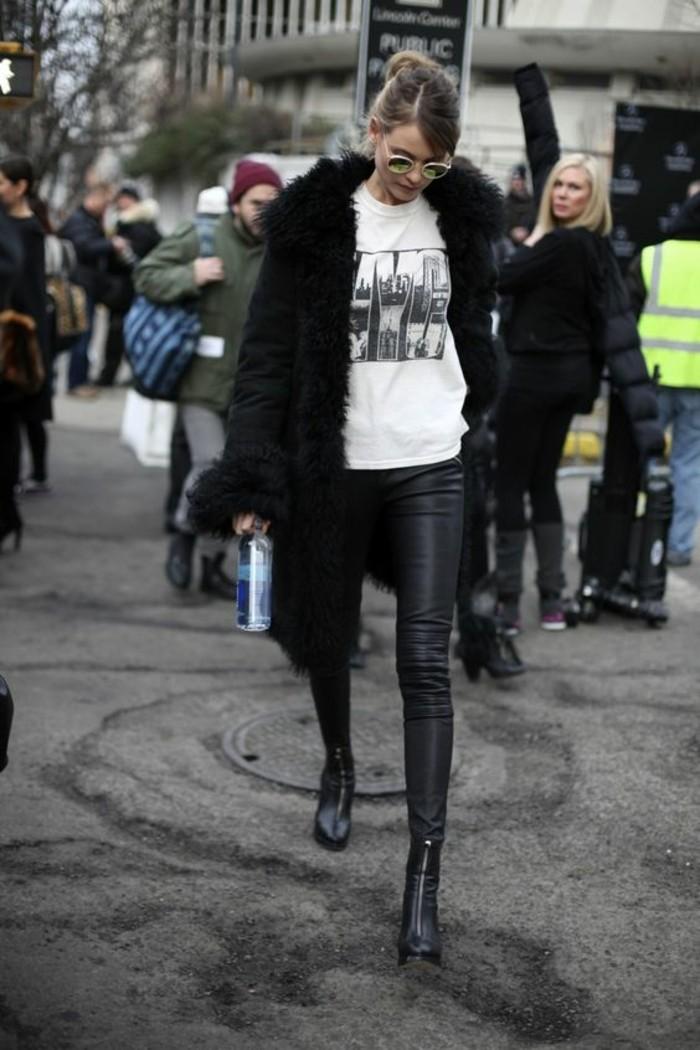 tendance-legging-cuir-femme-t-shirt-imprimé-bottines-en-cuir