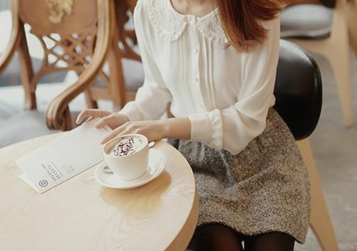 tenue-élégante-style-rétro-jupe-tweed-chemise-col-claudine
