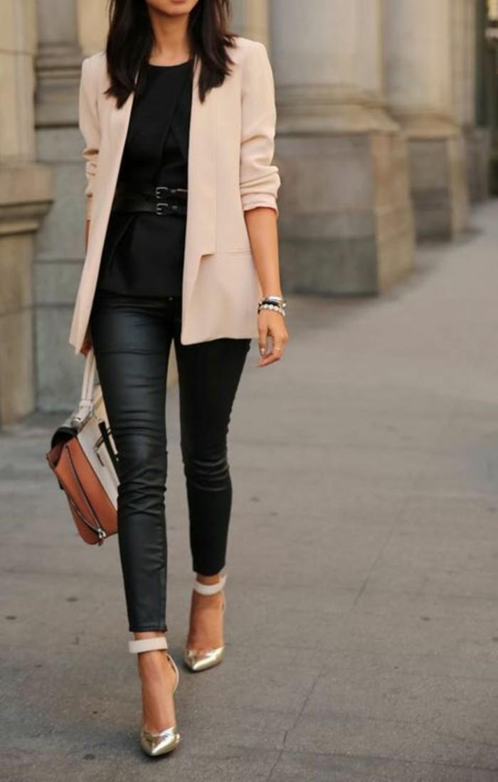 tenue-élégante-veste-camel-escarpins-pointus-legging-en-cuir-femme