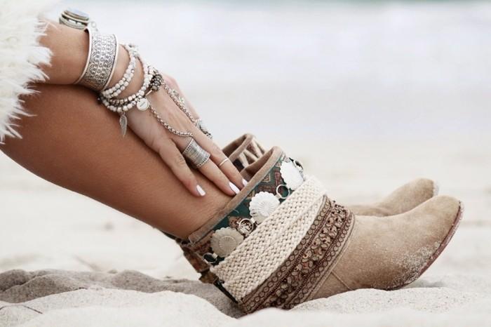 comment porter des bottines, bracelets et bagues ethniques, manucure blanche
