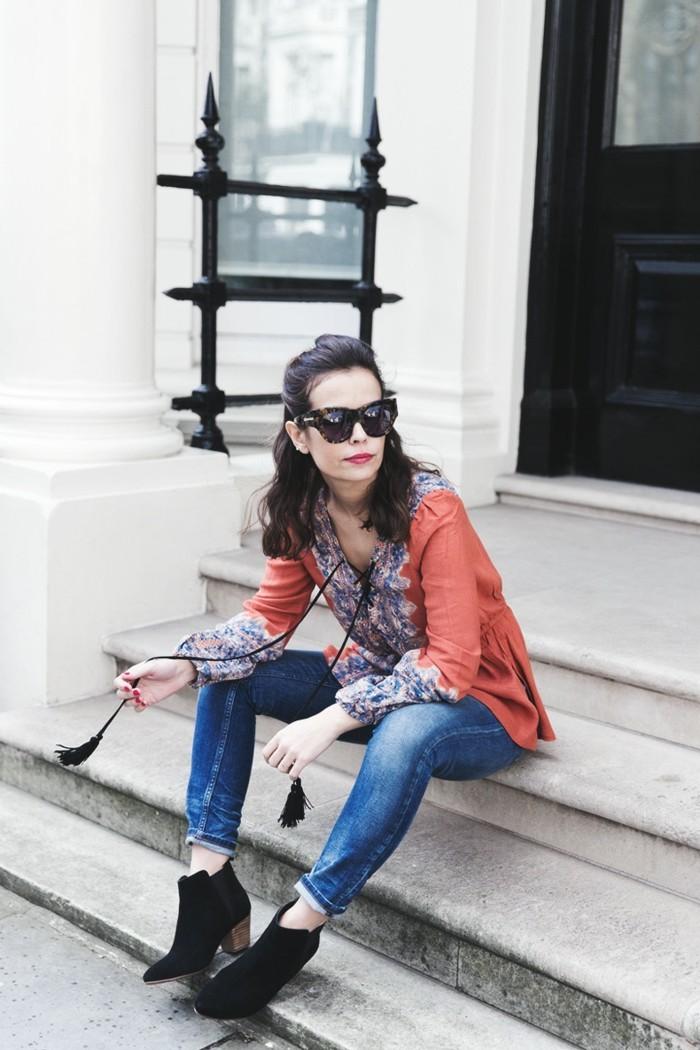 bottines jean, chemise multicolore, lunettes de soleil noirs, lèvres rouges