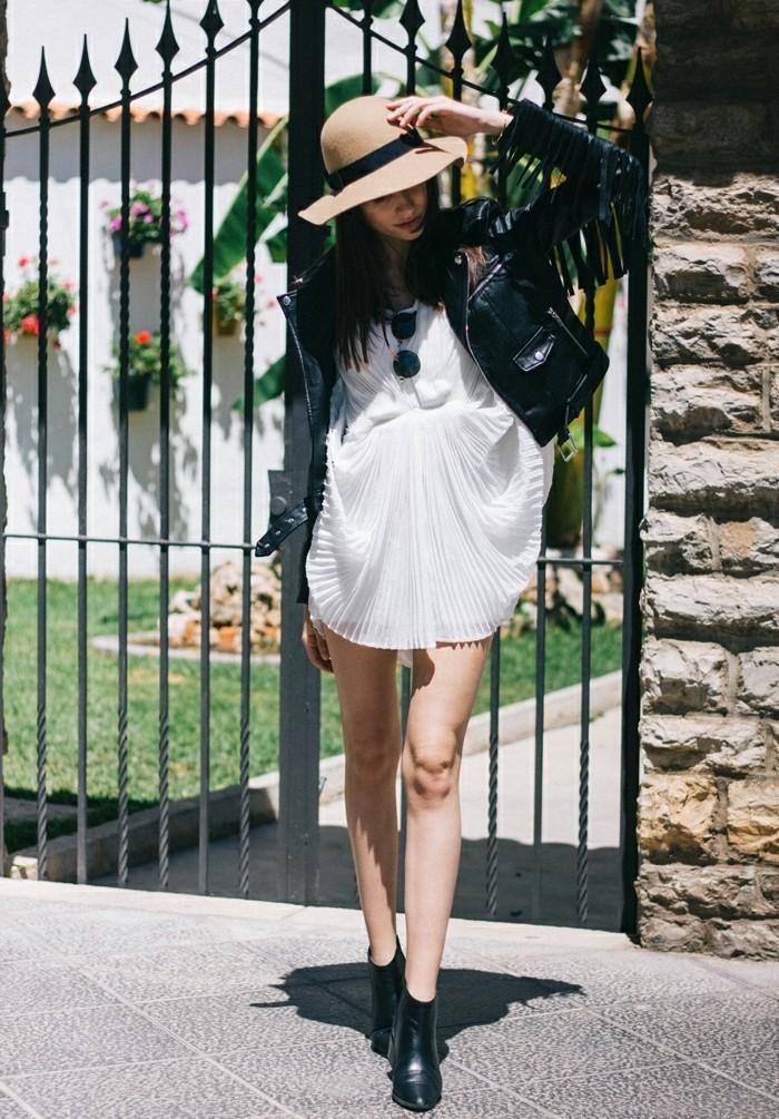 robe bottine, lunettes de soleil noirs, chapeau beige, veste en cuir à franges