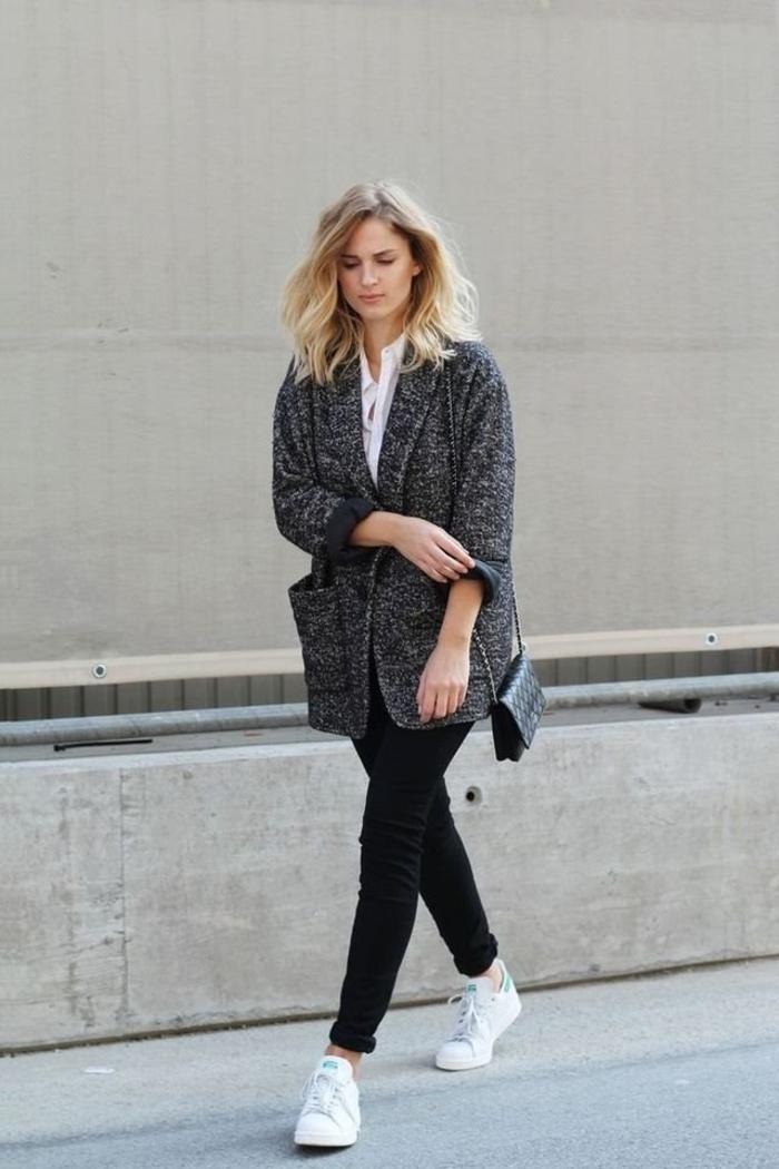 stan smith fille, pantalon noir, veste grise, chemise blanche, cheveux blonds, basket classe femme