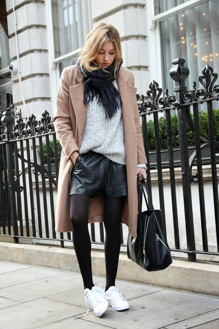 comment porter des stan smith, shorts en cuir noir, manteau long beige, cheveux blonds