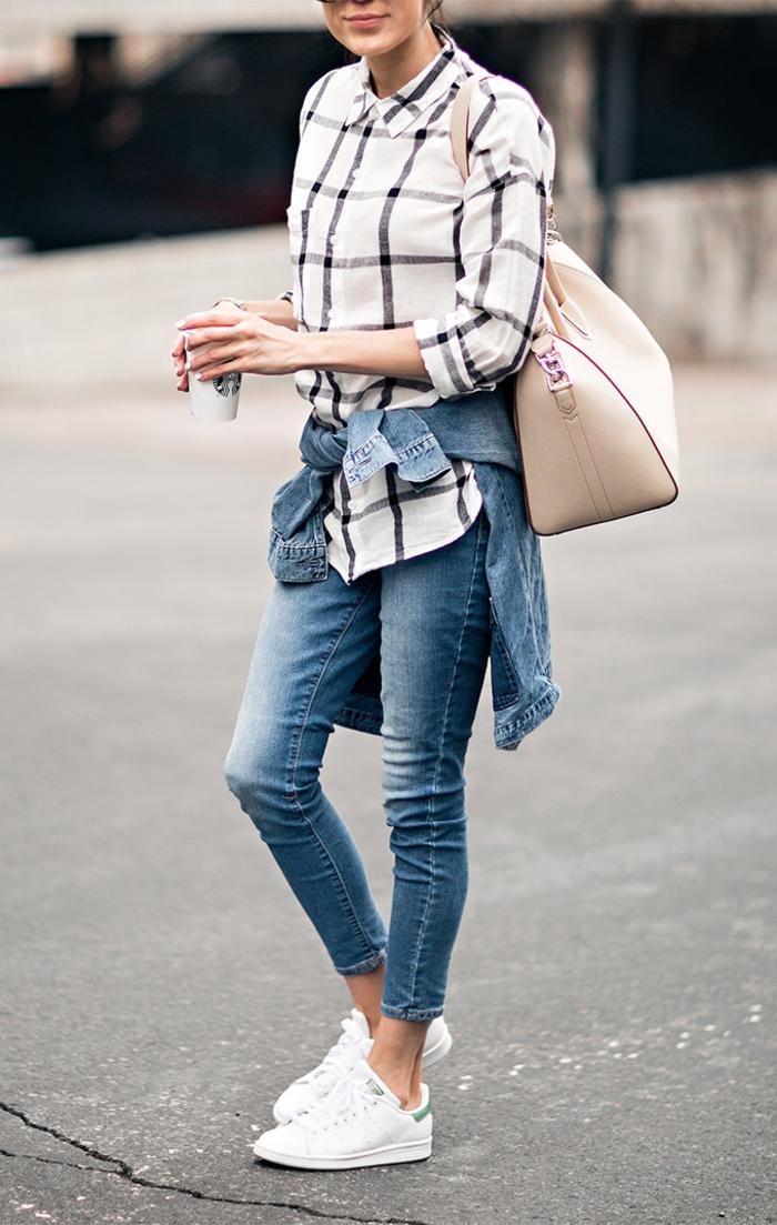 stan smith fille, veste en denim, paire de jeans claires, basket classe femme, sac à main beige