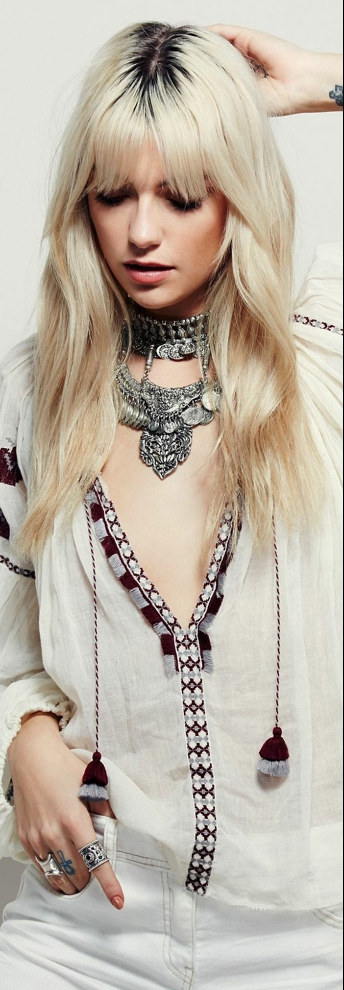 tenue boheme chic, chemise ethnique et colliers en métal