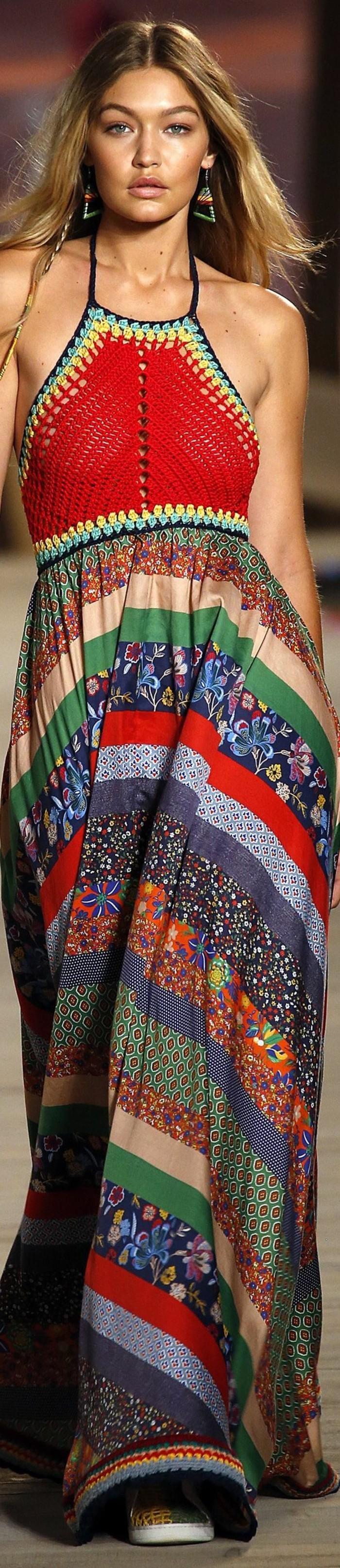tenue boheme chic, jupe à rayures multicolores et top rouge crocheté
