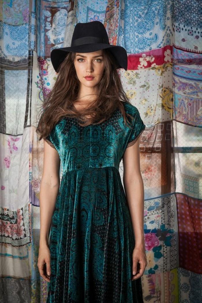 tenue boheme, capeline noire et robe bleue en velours