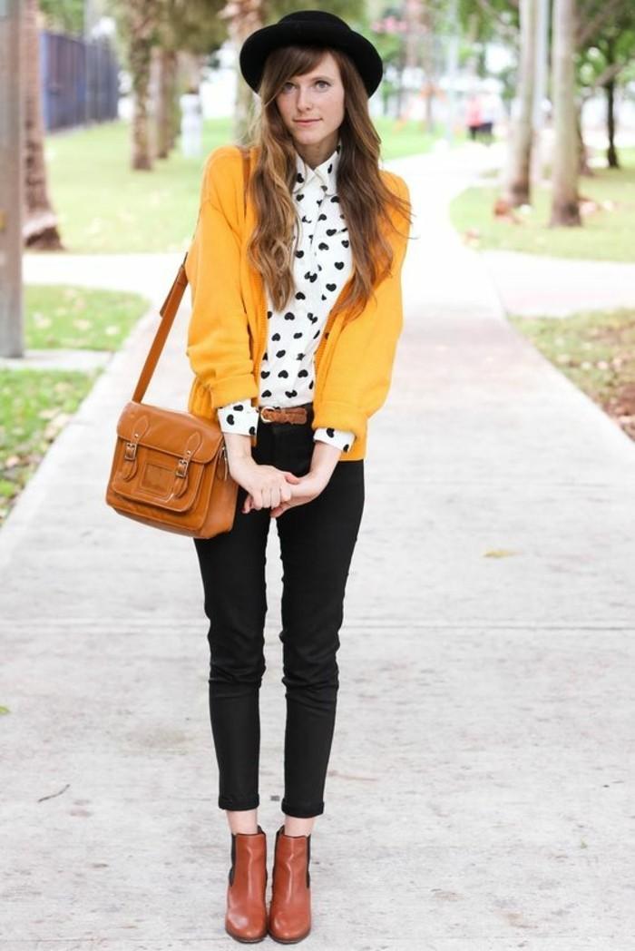 tenue-chic-bohème-pantalon-noir-bottines-en-cuir-chemisier-col-claudine-motif-coeur-gilet-jaune