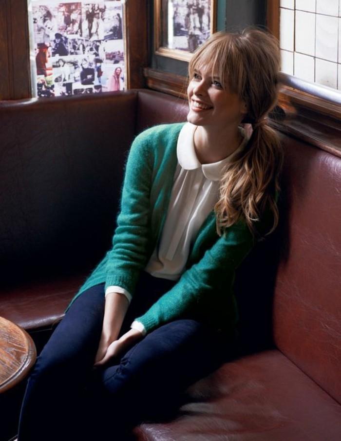 tenue-décontractée-gilet-vert-chemise-blanche-femme-à-col-claudine