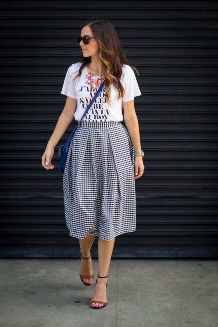 jupe corolle à carreaux et t-shirt noir et blanc, une morphologie femme aux épaules plus larges que les hanches