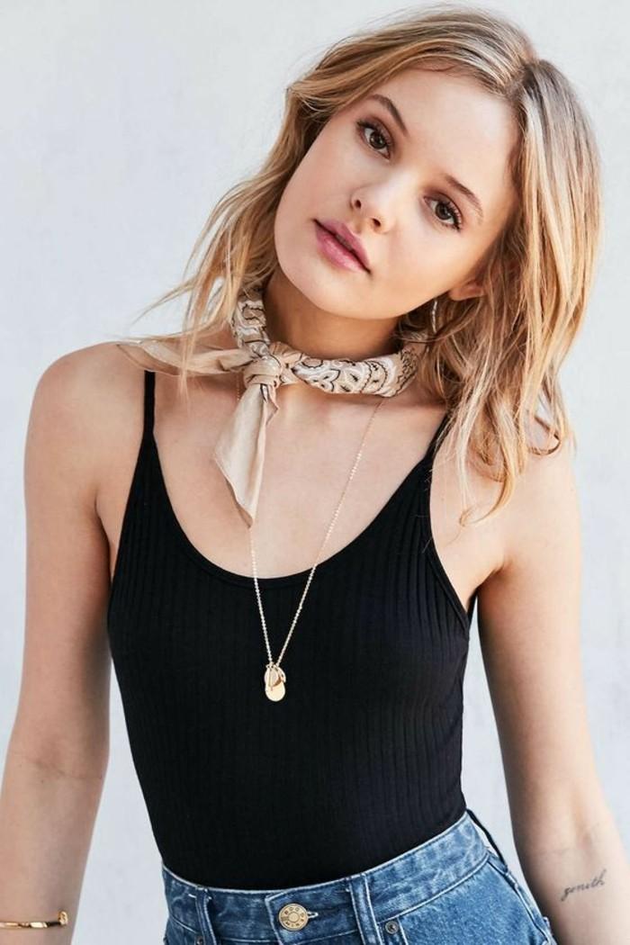 Chouette tenue avec collier serre cou collier noir ras du cou avec fishu écharpe pour collier