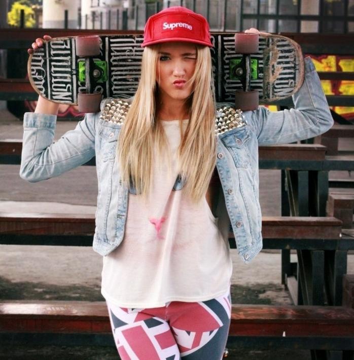 vetement swag femme, veste en denim, casquette rouge, skateboard