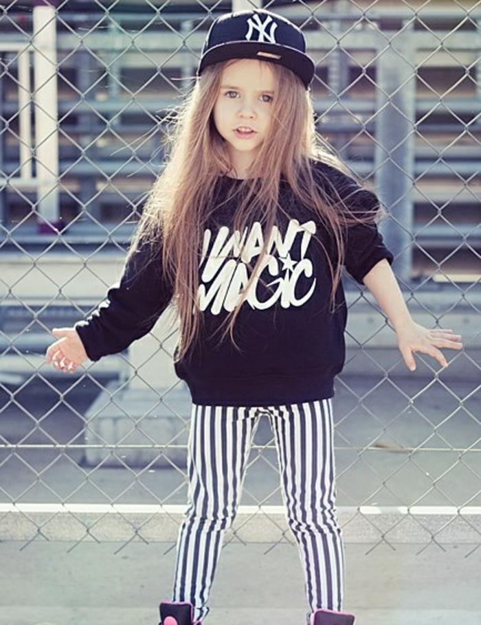fille swagg, casquette noire, pantalon rayé, sweat citation inspirante
