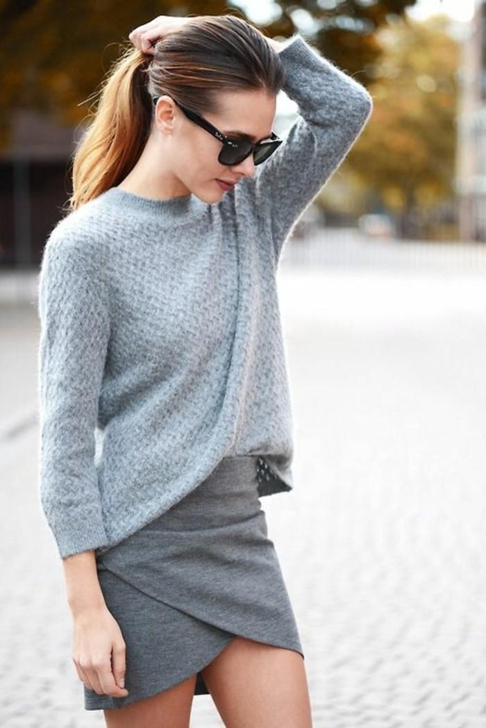 une allure féminine élégante et chic, pull gris associé à une jupe portefeuille, morphologie femme en rectangle