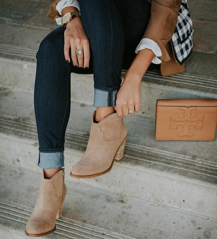 comment porter des bottines, paire de jeans noirs, montre en or, chemise carrée