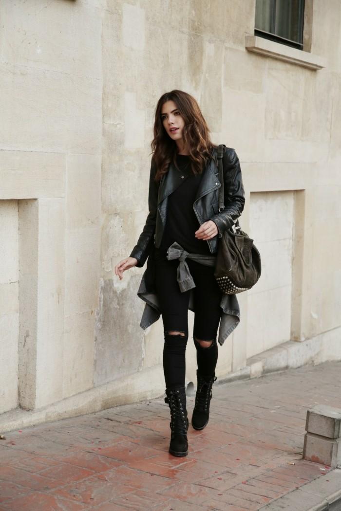 bottines jean, paire de denim déchirés, veste en cuir, cheveux bouclés