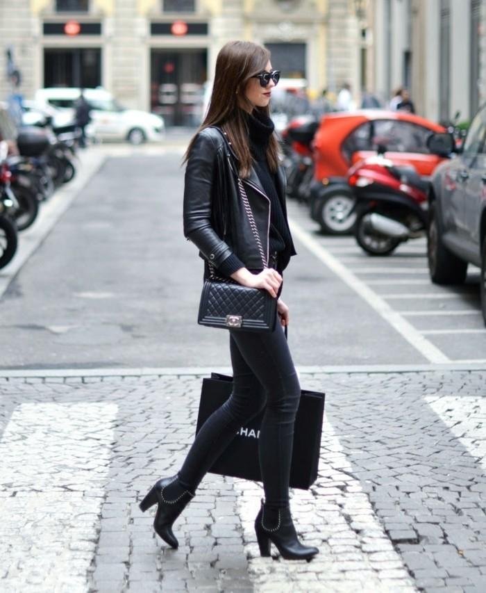 comment porter des bottines, sac à main en cuir, veste noire, lunettes de soleil