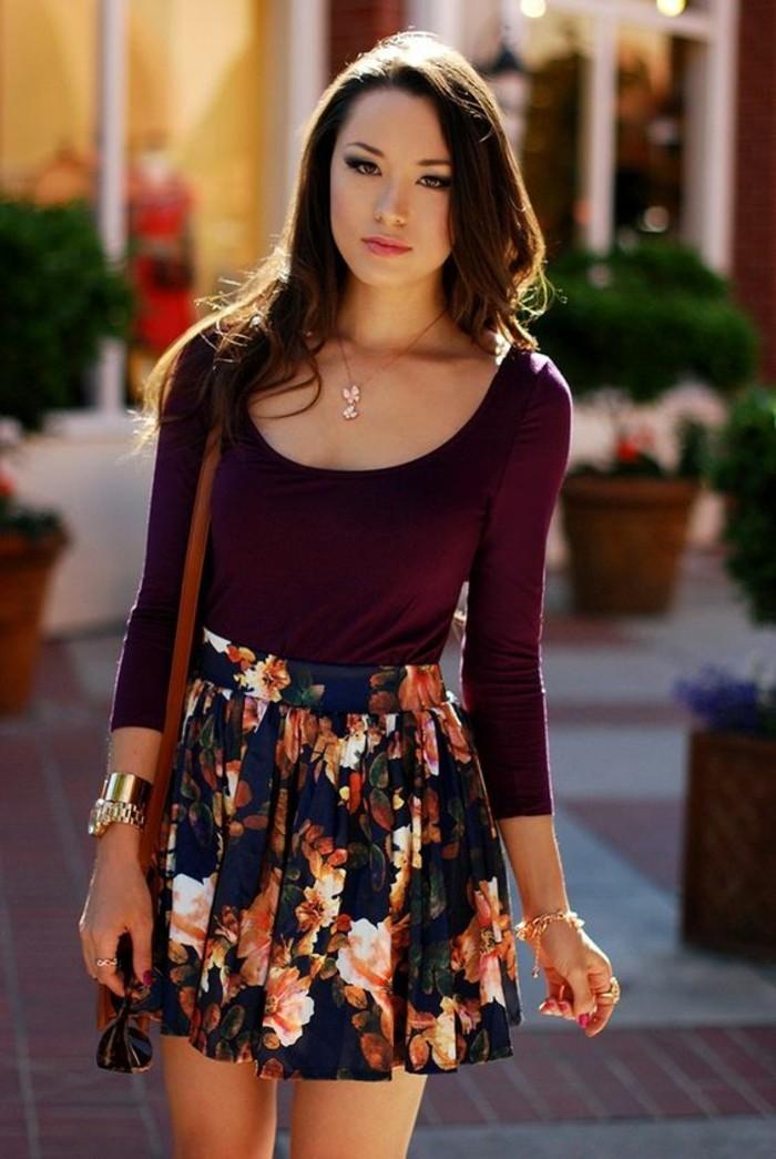 une jupe évasée à larges imprimées florales pour une femme en morphologie triangle inversé, top près du corps