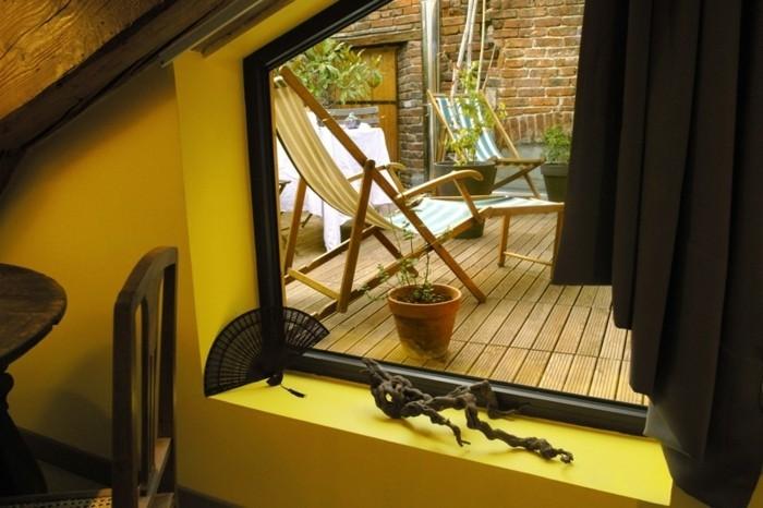 terrasse tropézienne, vue de intérieur, plantes, chaises longues, terrasse composite, idée amenagement coin repos
