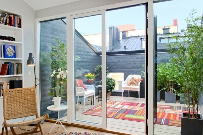 terrase tropezienne, chaises blanches, tapis multicolore, plantes, vue de l'intérieur, deco terrasse zen bohème