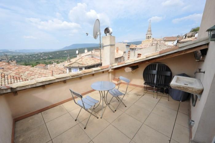 tropezienne terrasse simple, style méditerranéen, chaises et table en métal, robinet en pierre, vue sur la ville