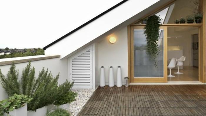 terrasse composite, modèle de terrasse tropezienne, plantes vertes et galets, idée amenagement terrasse élégante