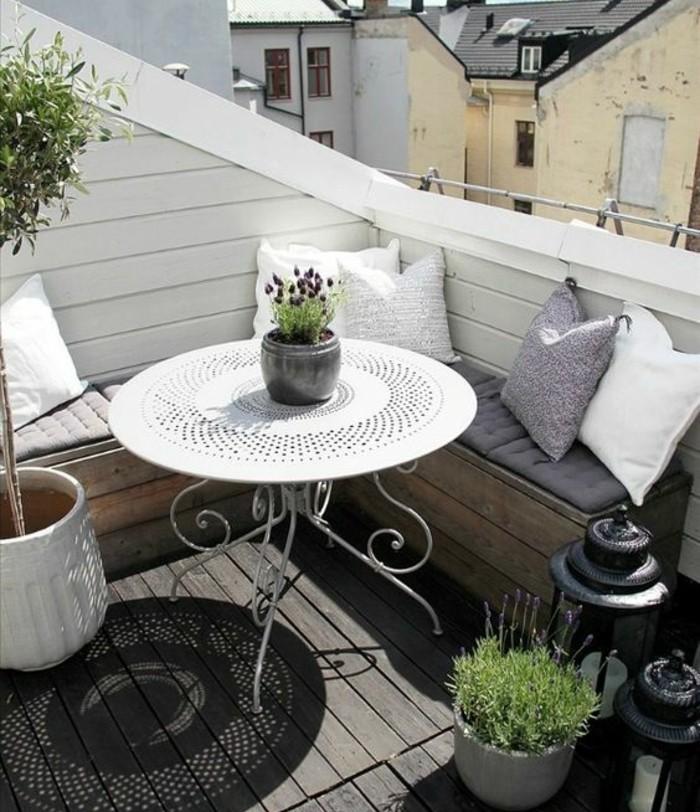 terrasse tropézienne, table blanche en métal, bois composite, canapé angle en palette, coussins, plantes