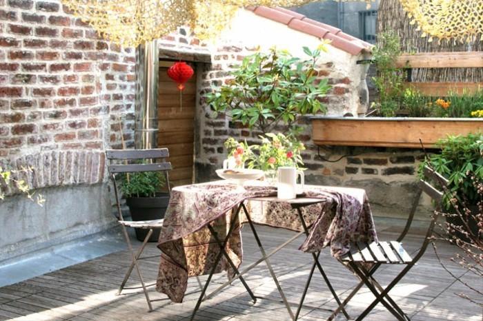 amenagement terrasse style rustique chic, table et chaises métalliques, plantes, terrasse tropezienne