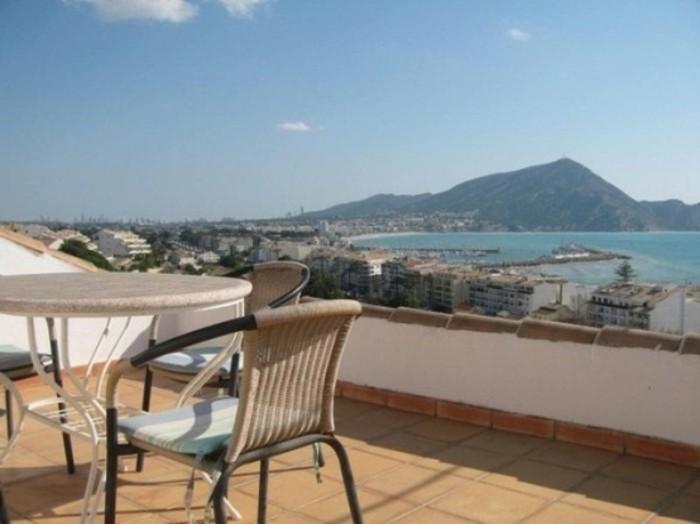 terrasse tropezienne, table, chaises en métal, carrelage en grès cérame, amenagmenet terrase simple en plein air, vue sur la mer