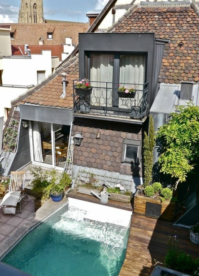 maison vintage, tropezienne terrasse, combles, avec une piscine, chaise longue, plantes, béton et bois composite