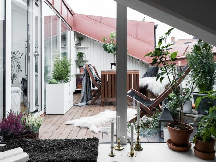 terrasse tropezienne, style scandinave, table et chaises pliantes en bois, petit tapis blanc, plantes vertes, amenagement terrasse