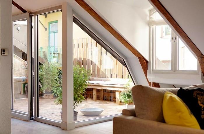 banc en bois clair, coussins d'ssise blancs, plantes, carrelage tropezienne terrasse, petit coin détente zen, naturel