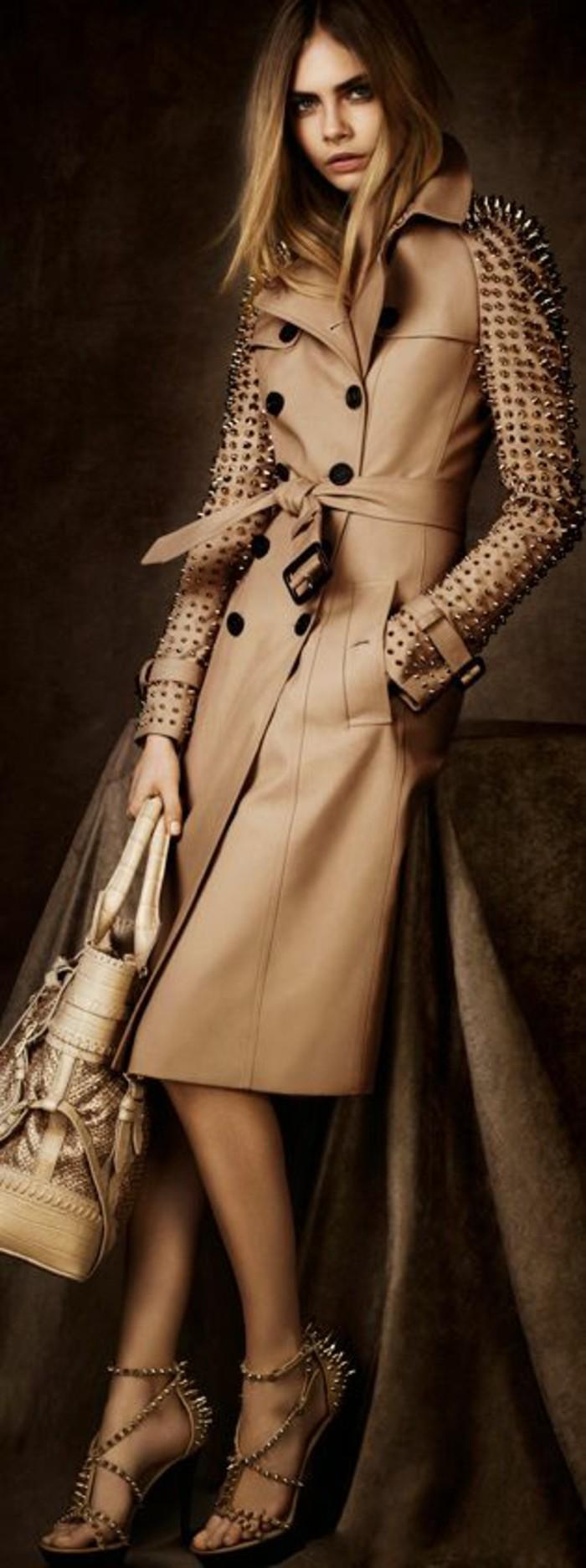 trench-femme-Burberry-en-beige-aux-manches-aux-éléments-décoratifs-métalliques