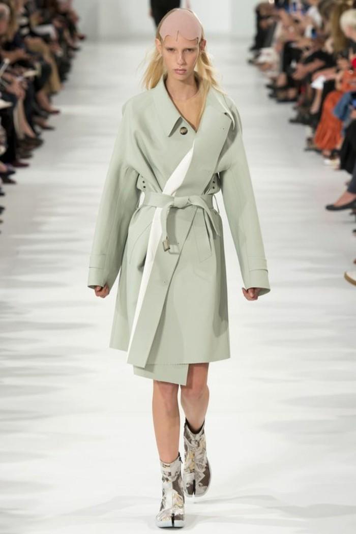 trench-femme-Courrèges-couleur-pistache-porté-asymétriquement