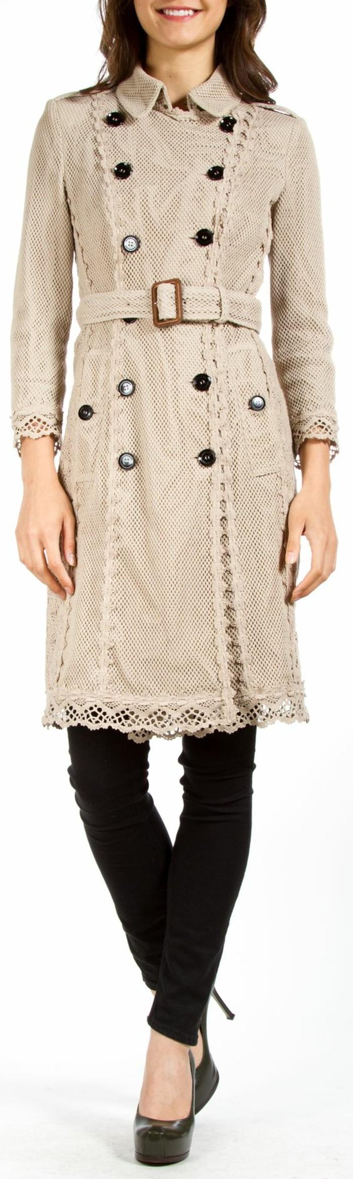 trench-femme-aux-éléments-au-crochet-contraste-couleur-avec-les-boutons