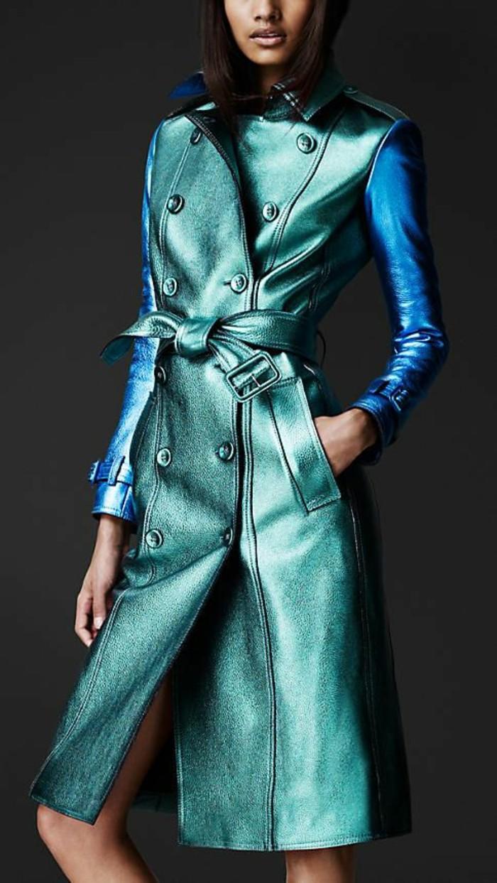 trench-femme-aux-nuances-bleuatres-Burberry-effet-satiné