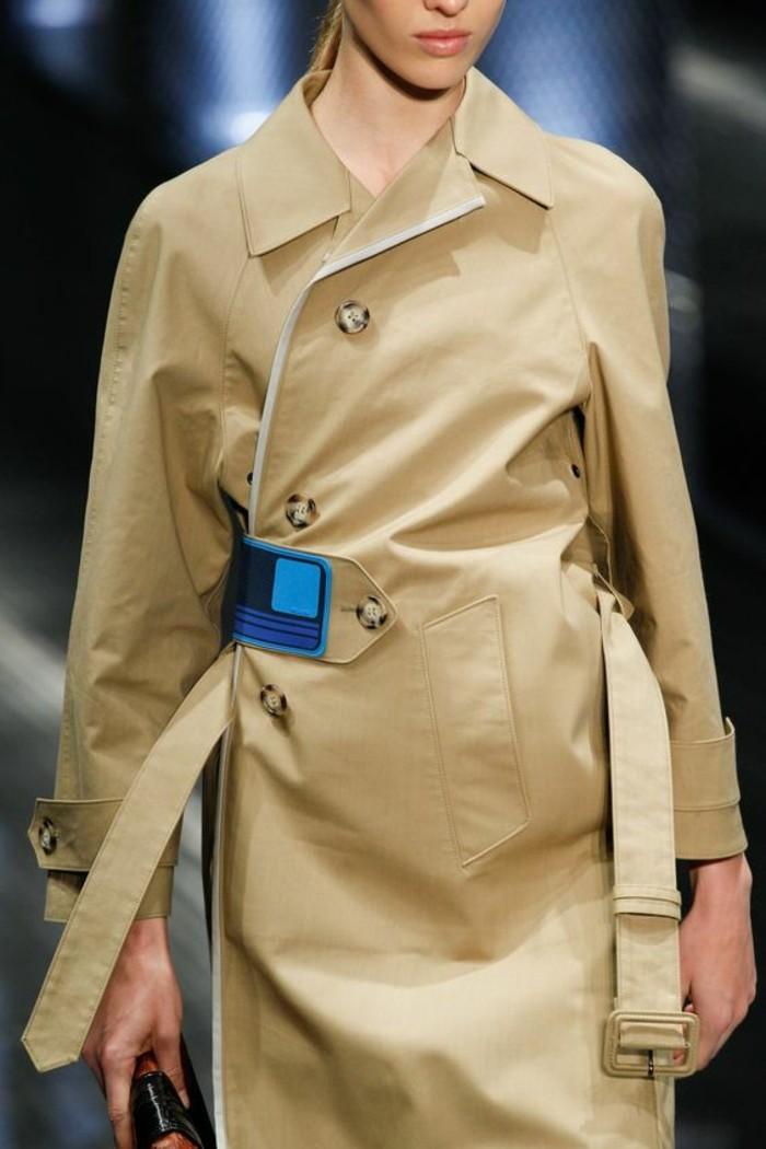 trench-femme-avec-élément-décoratif-en-bleu