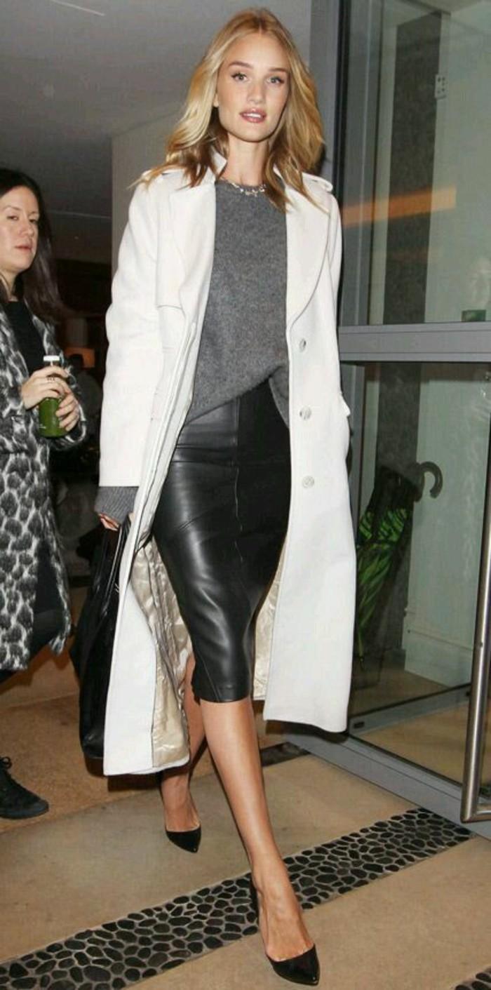 trench-femme-blanc-porté-avec-une-jupe-en-cuir-au-quotidien