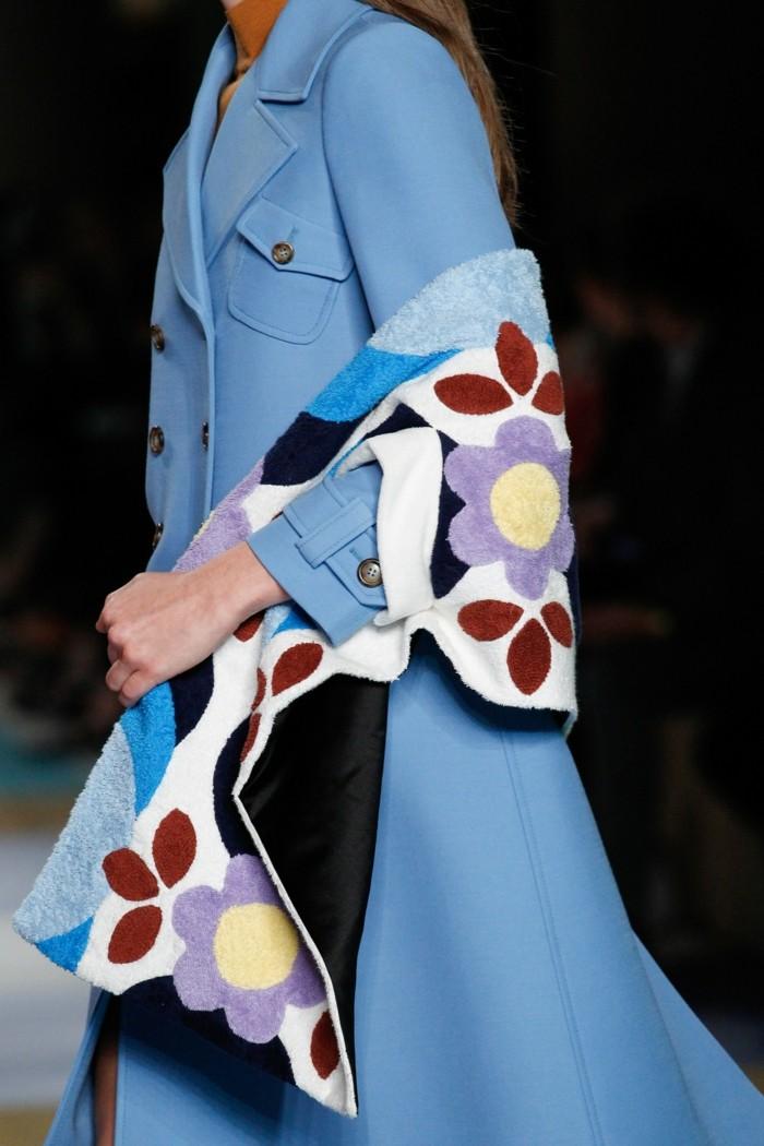 trench-femme-bleu-ciel-Miu-Miu-porté-avec-une-écharpe-à-couleurs