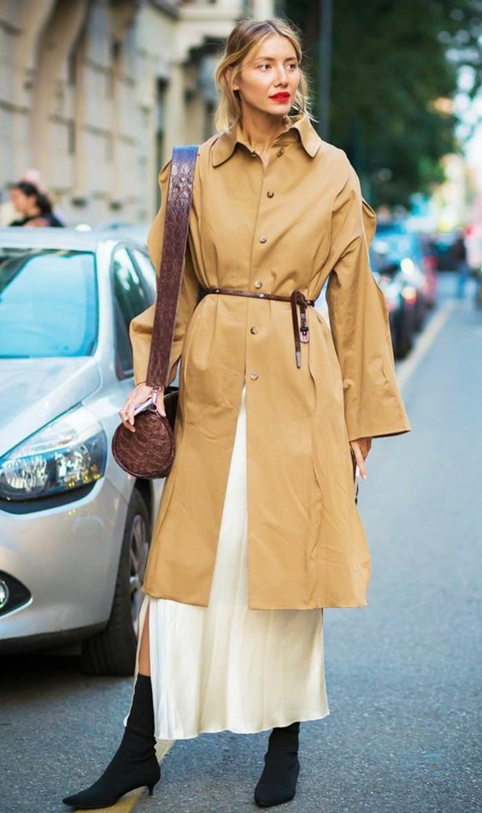 trench-femme-couleur-beige-ceinture-fine-en-bordeaux