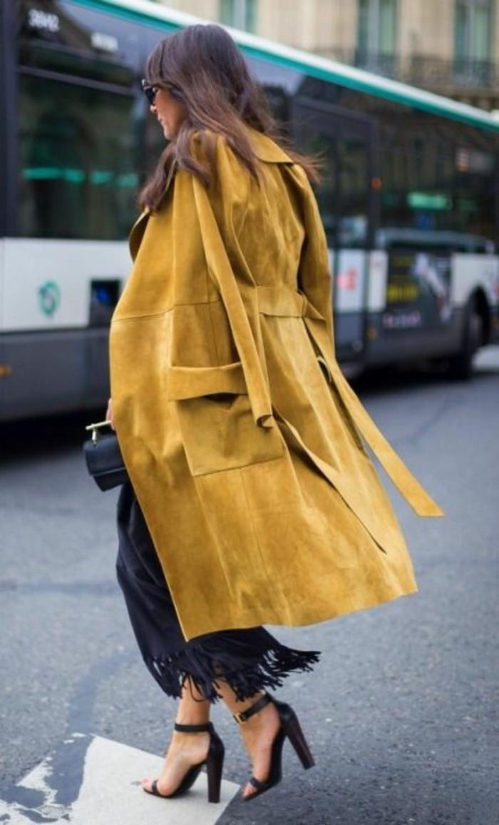 trench-femme-couleur-moutarde-chic-de-ville