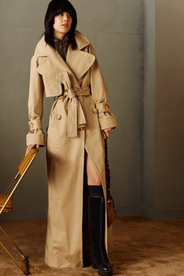trench-femme-défilé-Chloé-long-à-porter-avec-une-jupe-mini
