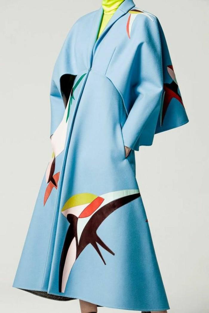 trench-femme-en-bleu-aux-hirondelles-pleines-de-couleurs-aux-manches-type-chauve-souris