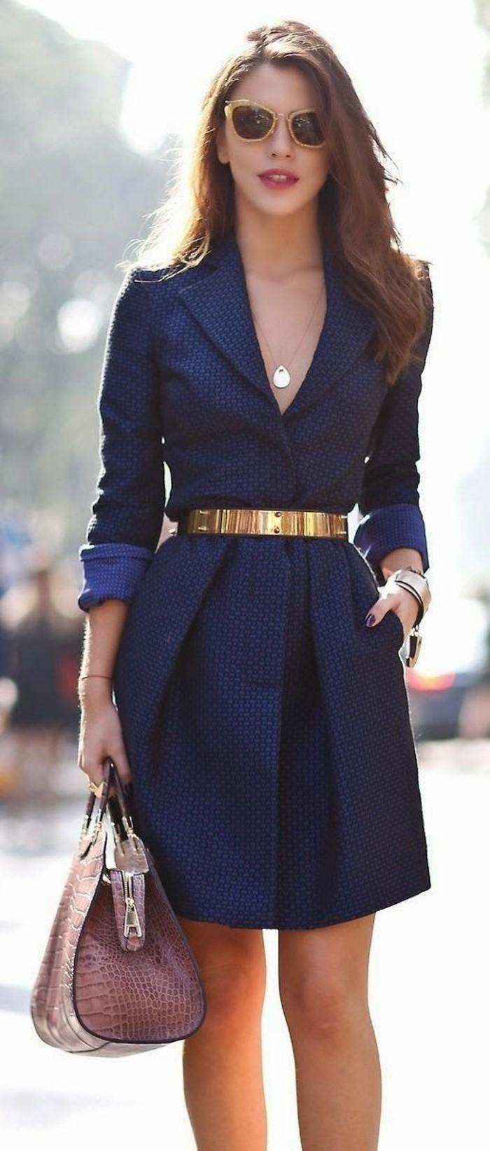 trench-femme-en-bleu-royal-avec-ceinture-dorée