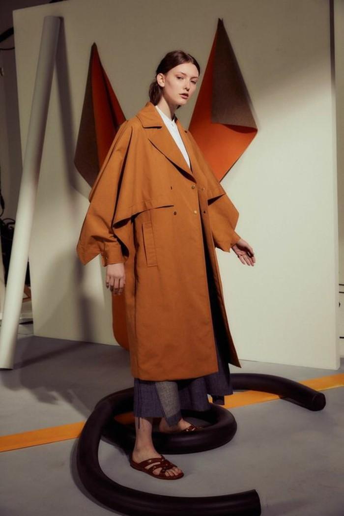 trench-femme-en-orange-aux-manches-type-chauve-souris